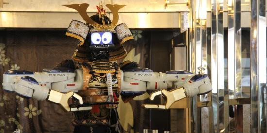 机器人服务员为顾客端菜