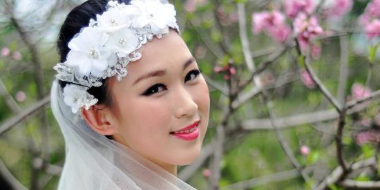 阳光下一个待出嫁的美丽新娘笑得那么开心甜蜜