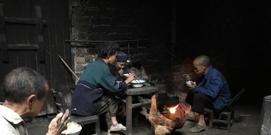 近亲结婚生三个智障儿子。怕死后他们挨饿准备了几缸粮食