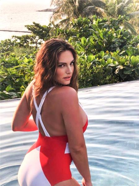 """今年38岁的Kelly Brook身兼模特、演员、主持人、泳装设计师等多重身份,同时还拥有自己的同名香水品牌,她曾在""""世界50大性感女神""""中排名第5位。"""