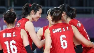 高清:亚运中国女排小组赛 郎平教练台下喊话助威