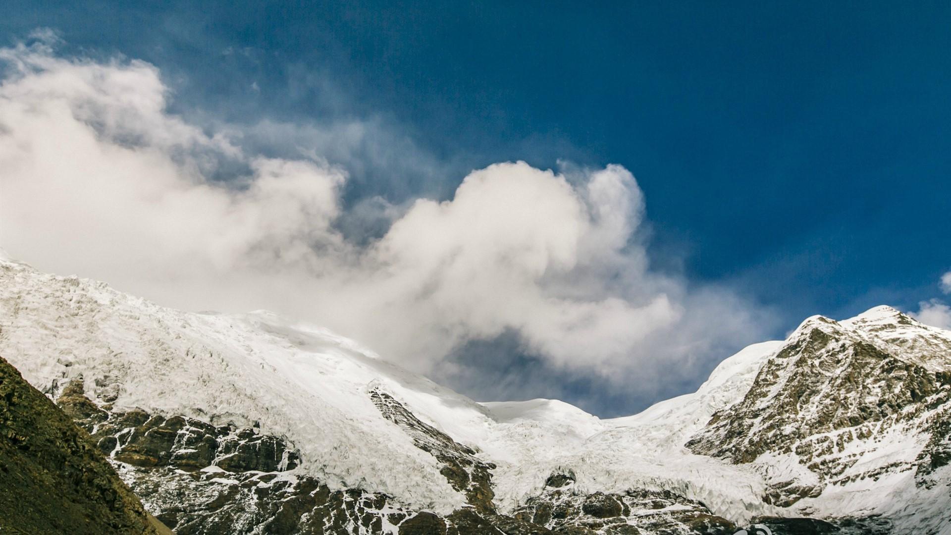 云与山壮阔风景图片桌面壁纸