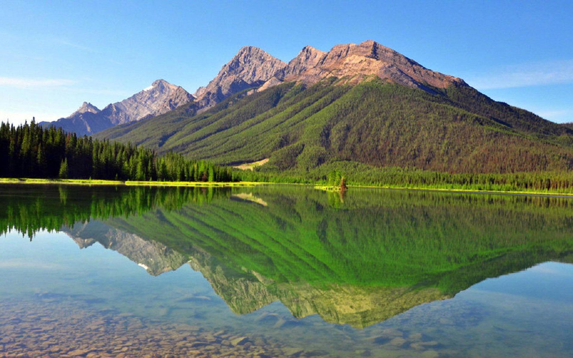 平静唯美的湖面风景图片桌面壁纸
