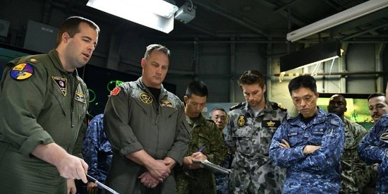 日美澳三国举行扫雷演习 两国小船簇拥日军舰