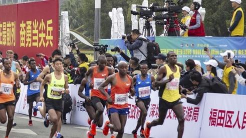 组图:2018年深圳国际马拉松 男女老少齐上阵