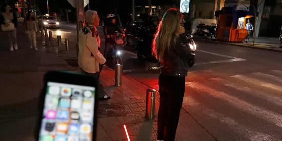 """以色列街头现""""低头族""""专用红绿灯"""