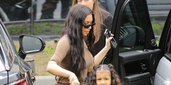 金·卡戴珊带女儿现身凸显性感好身材