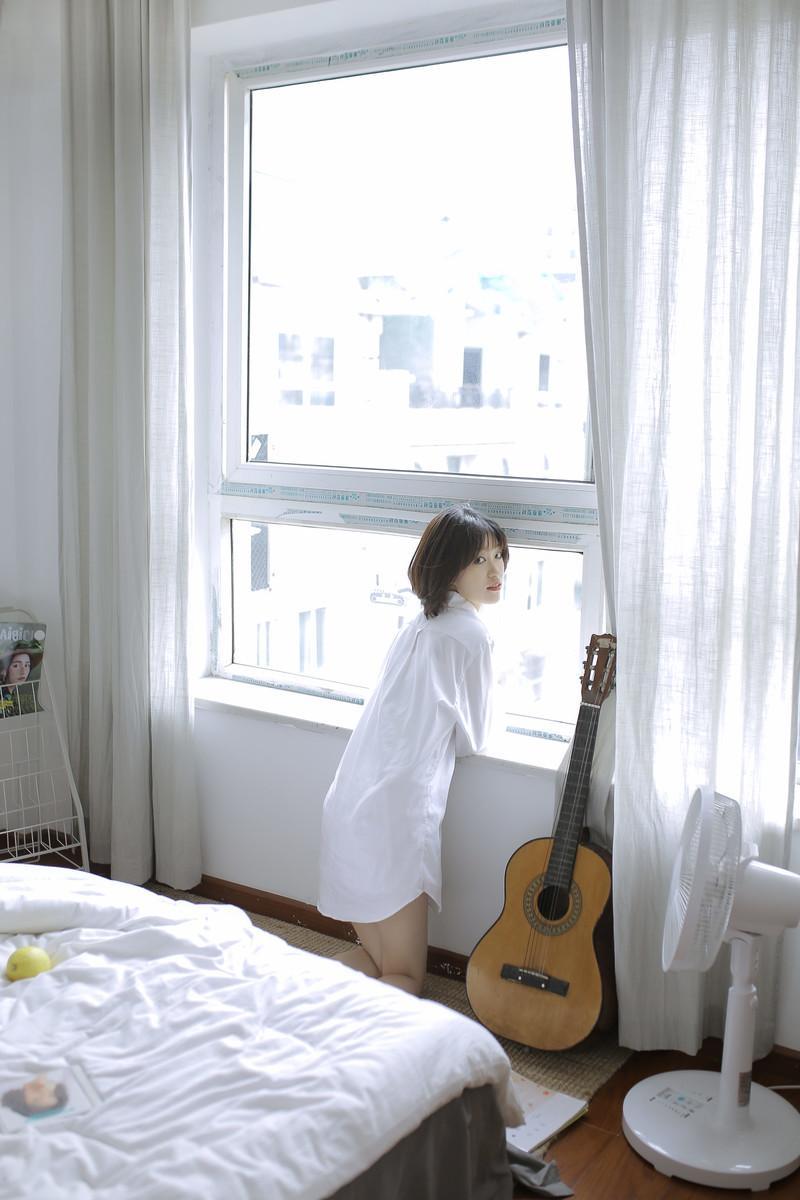 短发美女性感慵懒床上写真图片