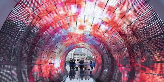 """""""虫洞""""惊艳重庆大学城 用艺术让你穿越"""