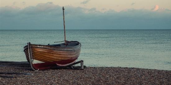 水上孤舟寂静唯美高清桌面壁纸