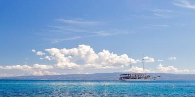 碧蓝的湖泊图片