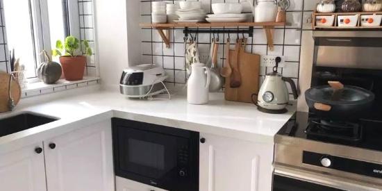 厨房台面不够用,装上层板后,实用方便多了!