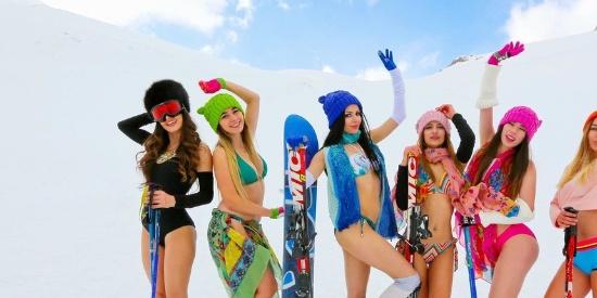 冰天雪地举办比基尼秀,模特们冻得发抖还要维持美太不易