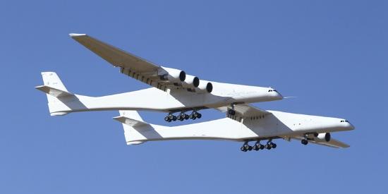 世界最大飞机完成首次飞行 将用于发射火箭