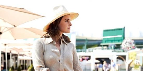 艾玛身穿衬衫裙一展复古英伦复古度假风