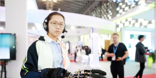 """垃圾分类认知仪、声控机械手……上交会青少年科创""""脑洞""""大开"""