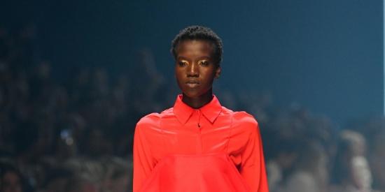 红与黑经典搭配 长裙出街更惹眼!