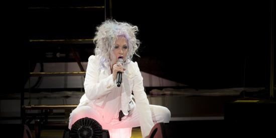 白色套装西服会显胖?性感女神亲身演绎!