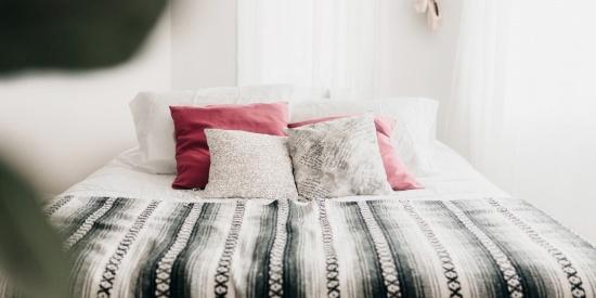 明亮整洁的卧室图片