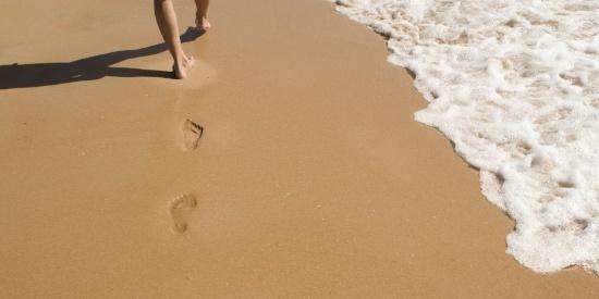 沙滩上的脚印图片