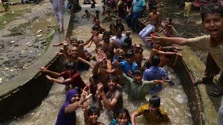 高温49度!巴基斯坦运河变人河 全城都泡在