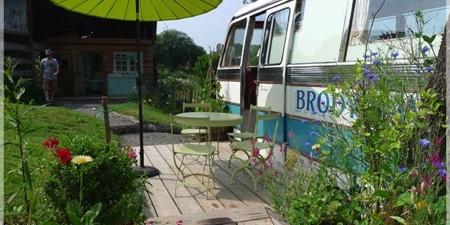 废旧巴士改造的小旅馆,享受诗情画意的放养生活_图片之家