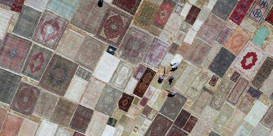 土耳其数千条手工毯晒于田野上 进行颜色软化