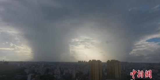南海低压即将生成台风 琼海市上空出现壮观雨柱