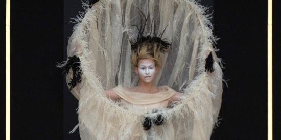 郭培巴黎时装周高定秀 造型诡异但优雅