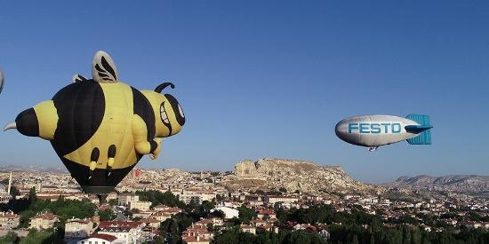 国际卡帕多西亚热气球节举行 缤纷热气球点亮土耳其古城
