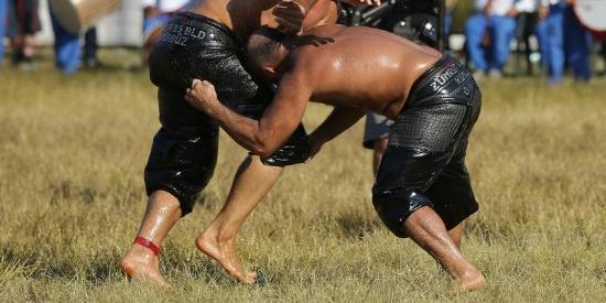 土耳其涂油摔跤比赛举行 猛男肉搏满屏油腻