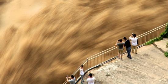 河南三门峡大坝泄洪 气势如虹泥沙飞泄