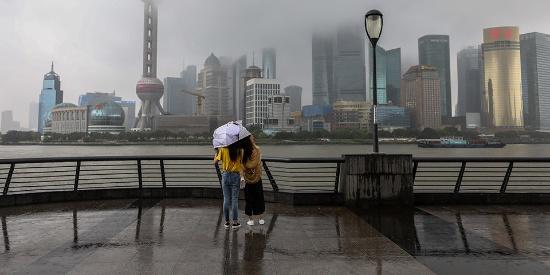 上海梅雨天气再度发威 外滩暴雨如注游客兴致不减