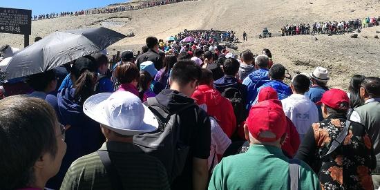 长白山游客爆满人山人海 民众排队看天池