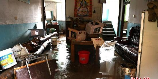 洪水过后 福建武夷山民众清洗受淹物品