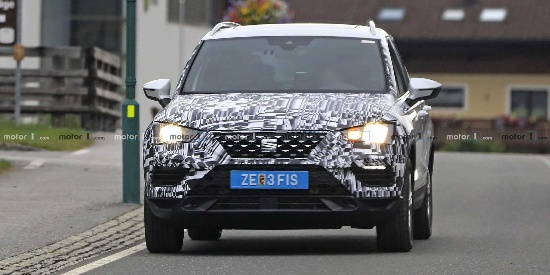 SEAT Ateca新车型在阿尔卑斯山测试,或搭载了插电式混合动力系统,新车预计明年发布。
