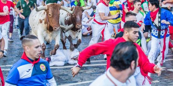 西班牙奔牛节火热进行 民众惨遭公牛踩踏蹂躏