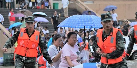 江西丰城发生内涝 武警官兵用橡皮艇转移火车站滞留旅客