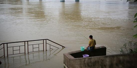 """持续降雨致南宁邕江变""""黄河"""" 市民洪水中嬉戏泰然自若"""