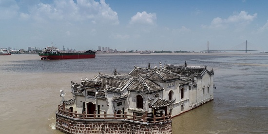 长江水位持续上涨 700年古建筑观音阁洪水中屹立不倒