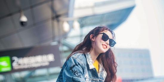 彭小苒机场街拍 混搭风时尚清爽