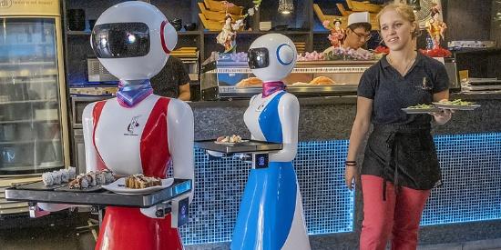 意大利一餐厅启用机器人服务员 贴心为食客送餐