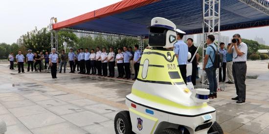 造型呆萌!河北邯郸机器人交警上街执勤