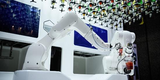 英国:AI机器人与调酒师切磋技艺