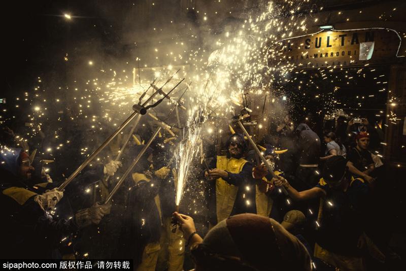 恩典节是巴塞罗那最疯狂的节日,最后一天会举行烟火游行,按照习俗