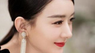 赵丽颖身穿白色丝绒礼服,身材纤细更耀眼!