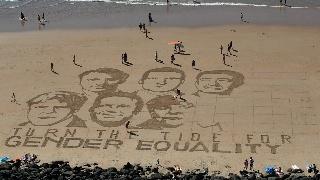 艺术家在海滩打造G7峰会领导人沙画肖像 宣