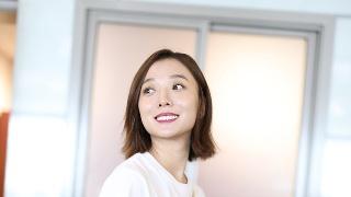 35岁王珞丹着简装回眸甜笑 挠头表情呆萌