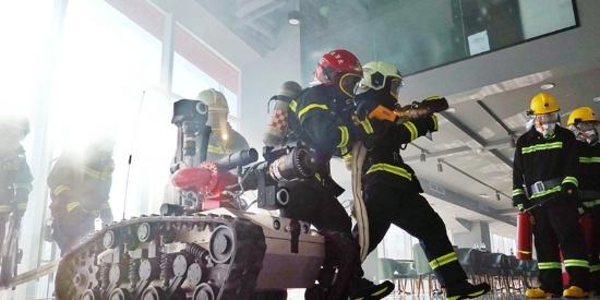 北京一体育场馆进行消防演练 灭火机器人协同作战
