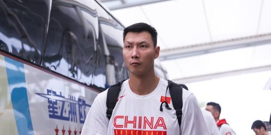 中国男篮抵达广州 全员低头不语表情凝重
